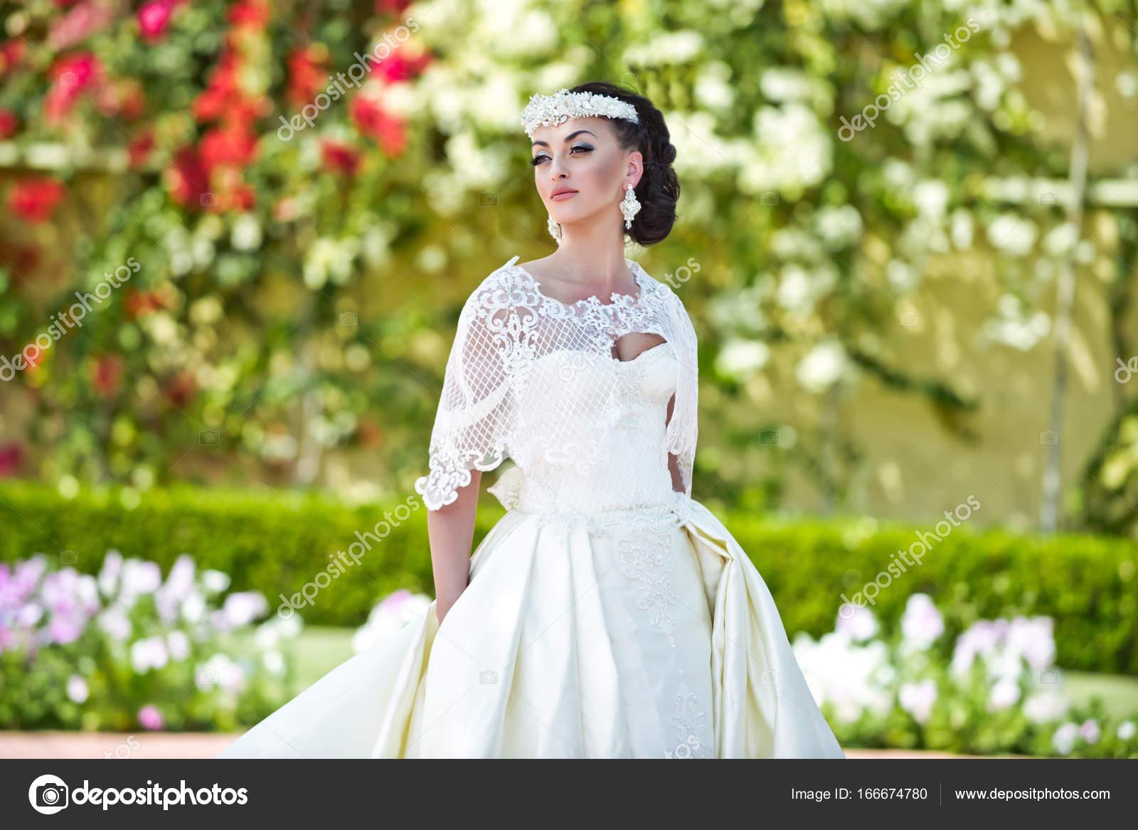 Braut Hochzeit Diadem und weißes Kleid an sonnigen Tag — Stockfoto ...