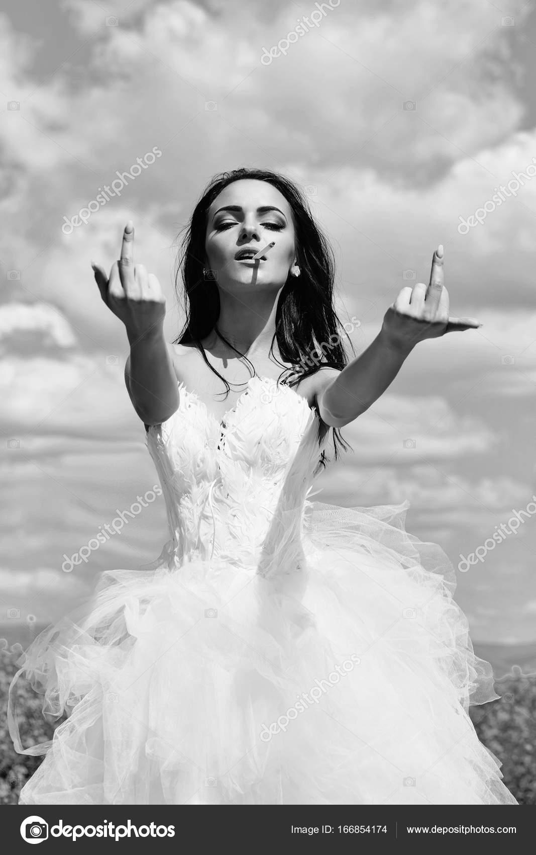 schöne Hochzeit Mädchen auf blauen Himmel mit Mittelfinger ...