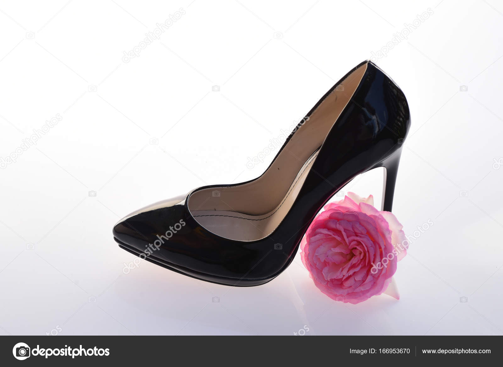 d85acadc2bd656 Schuh-schwarzen Farbe auf hohen Absätzen auf rotem Grund — Stockfoto ...