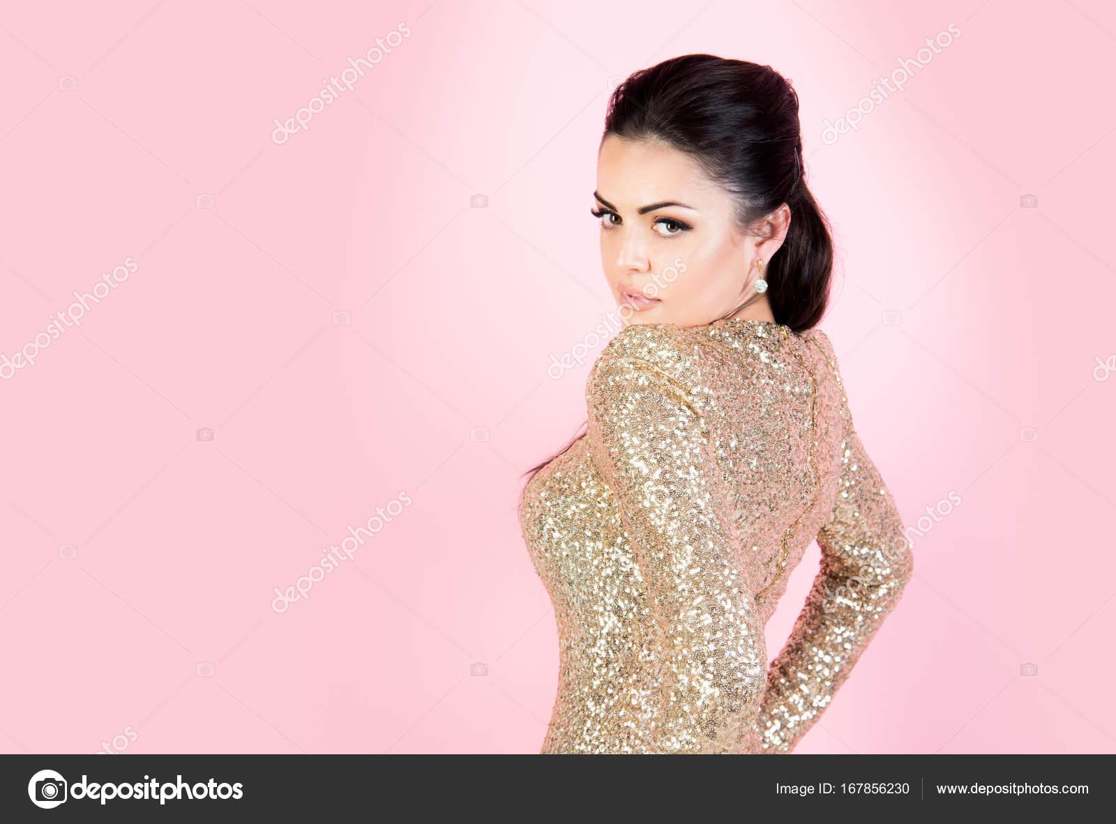 Mujer en vestido de fiesta con lentejuelas oro — Foto de stock ...