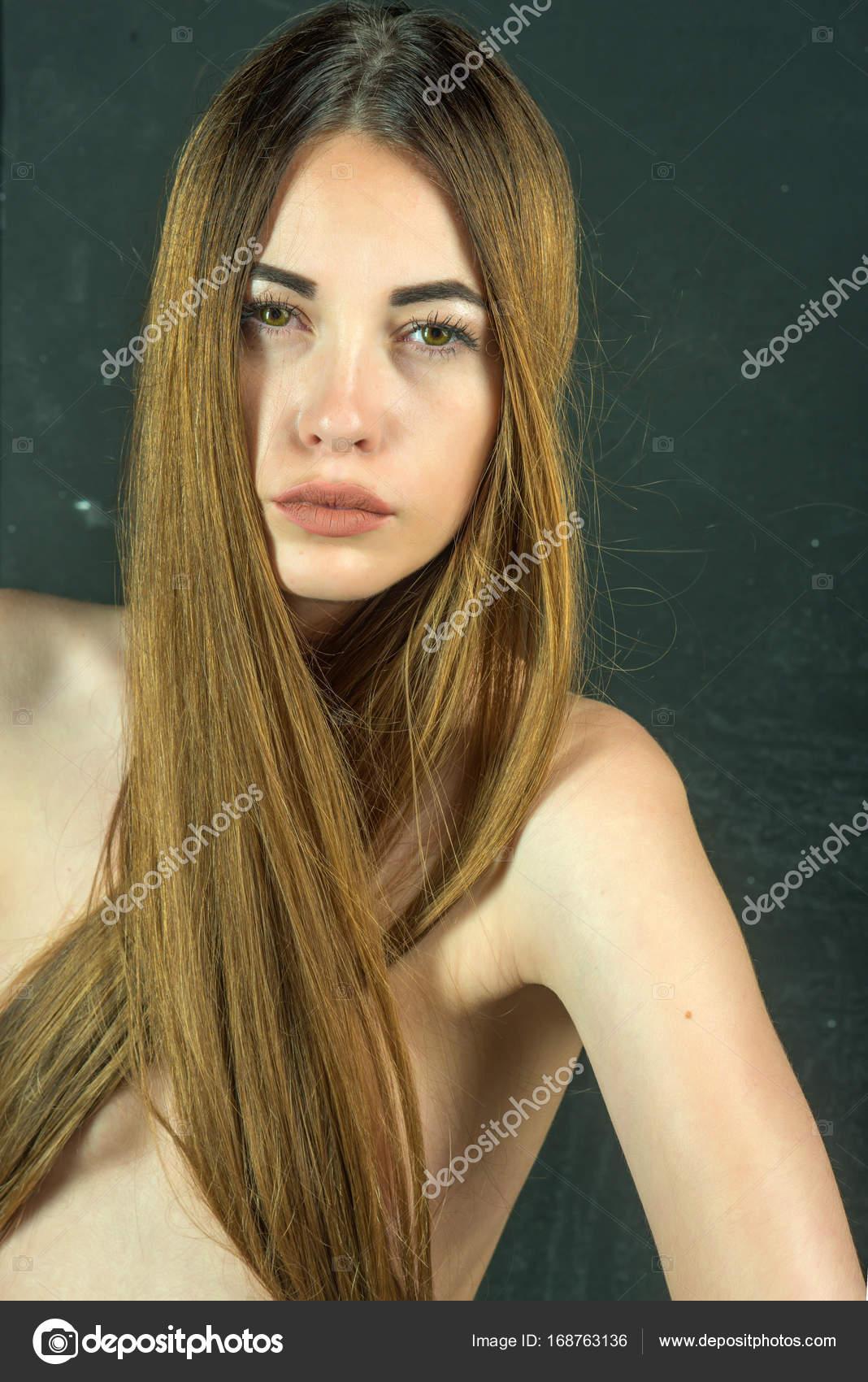Donna con capelli lunghi alla moda e petto nudo . — Foto ...