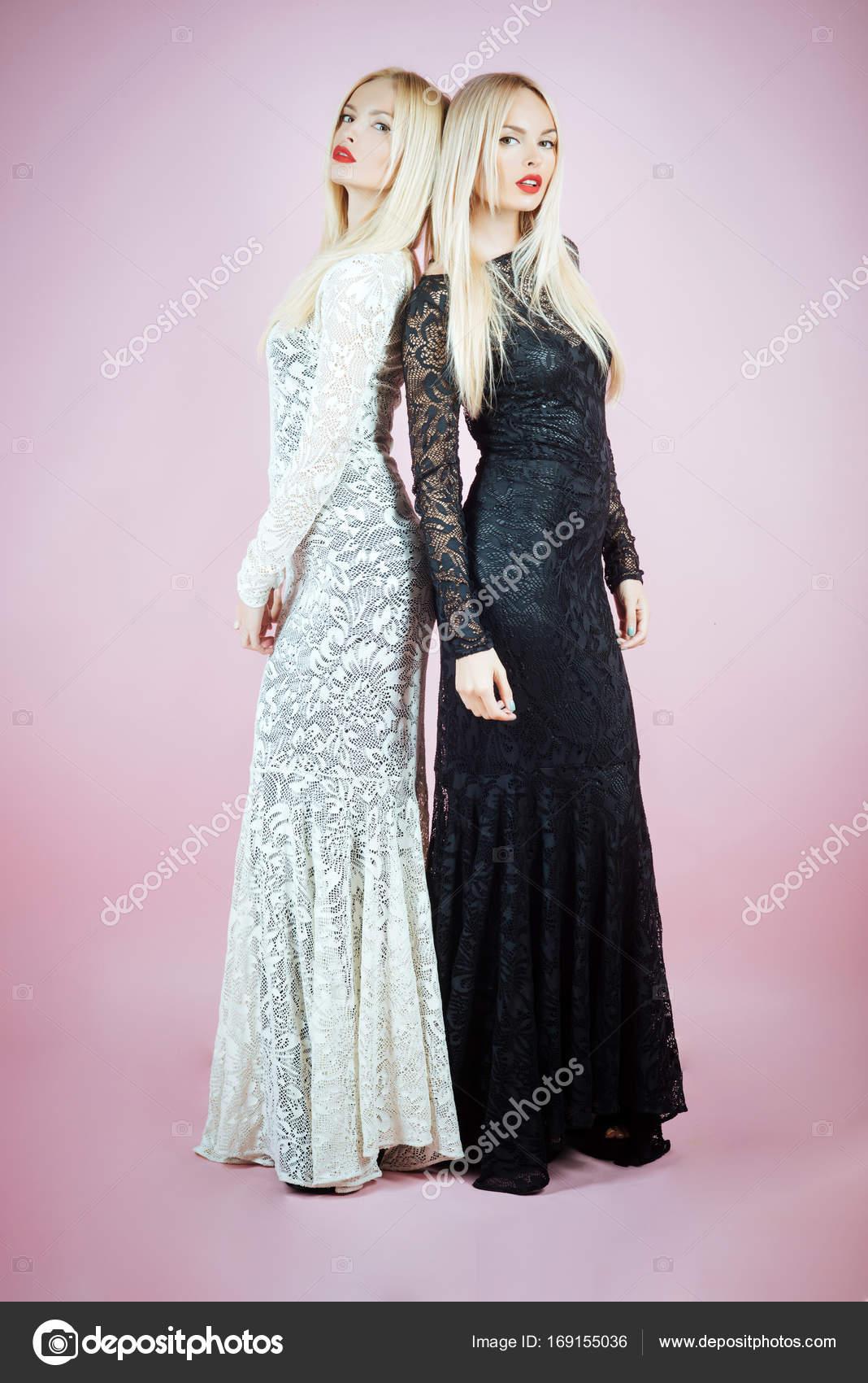 5504028ce0de Donna che posa in abiti di pizzo bianco e nero — Foto Stock ...