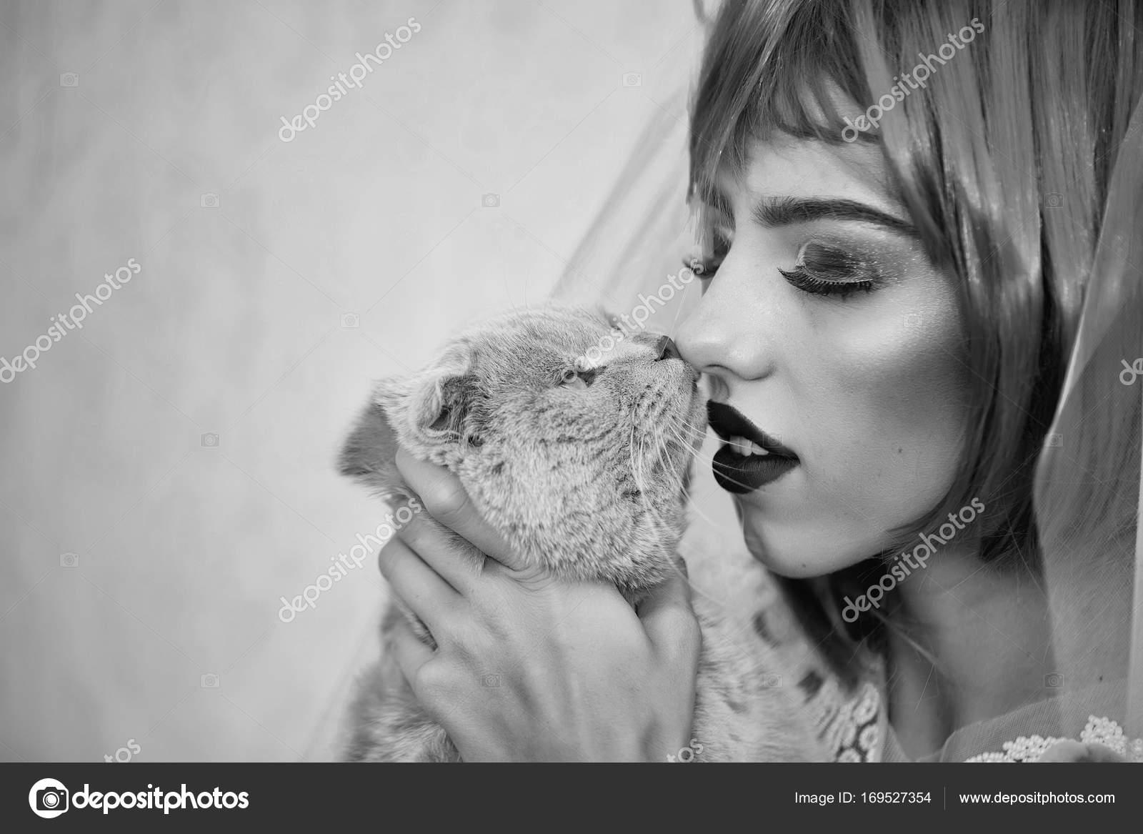 Braut mit orangen Haaren und Katzen — Stockfoto © Tverdohlib.com ...