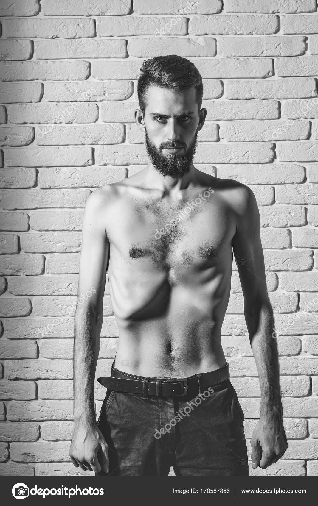 Homme Barbu Nu slim homme barbu avec mince torse nu sur fond brique — photographie