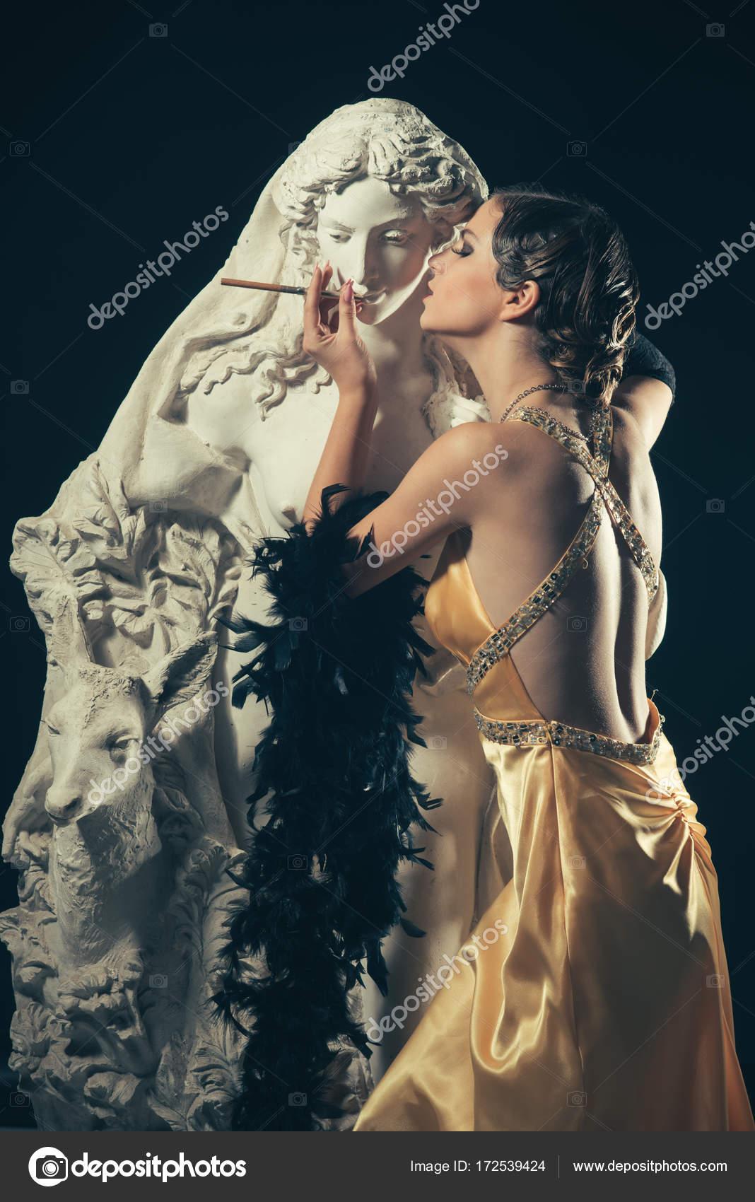 Mädchen im gelben Kleid, Boa mit Mouthpeice Statue — Stockfoto ...