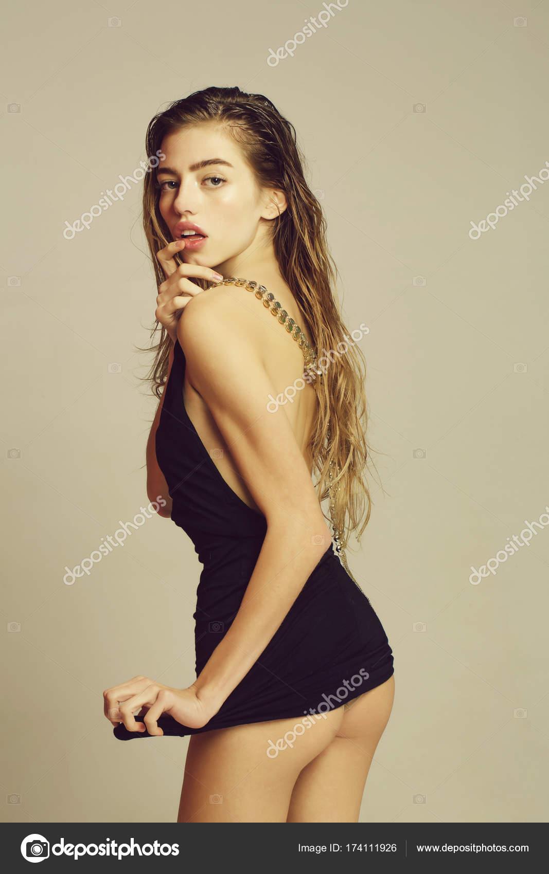 Секси девушка в коротком чёрном платье видео