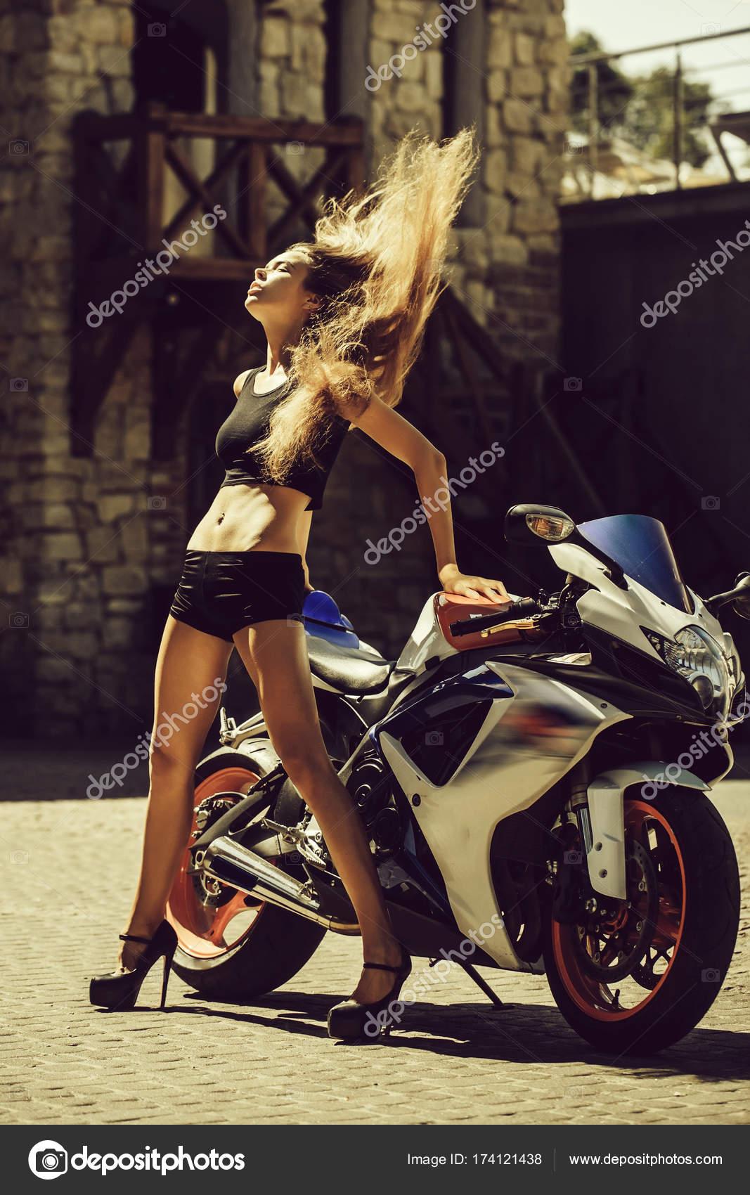 Брюнетка в черных шортиках и мотоцикл картинка — pic 9