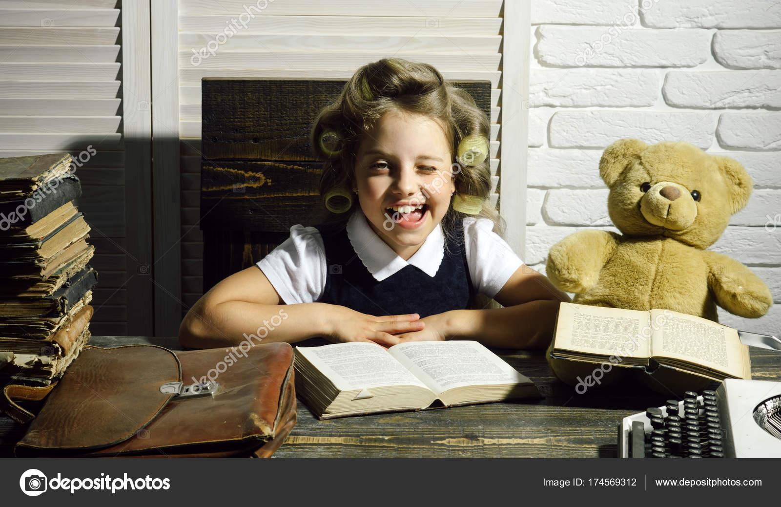 petit secr taire de b b dans l armoire avec ours. Black Bedroom Furniture Sets. Home Design Ideas