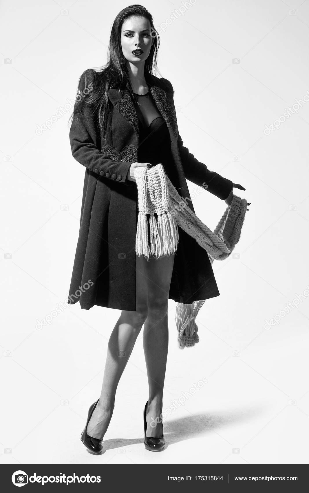 красивая девушка в черном пальто — Стоковое фото © Tverdohlib.com ... da23118c4261e