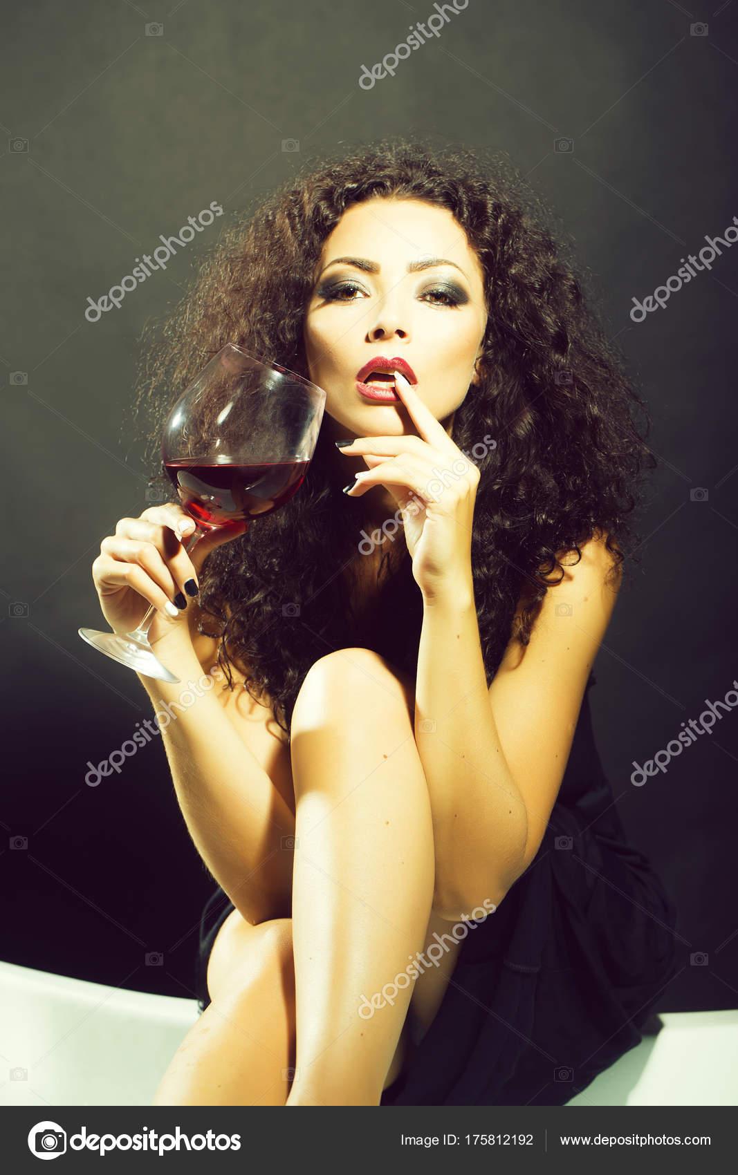 Donna con un bicchiere di vino foto stock tverdohlib for Piani di studio 300 piedi quadrati
