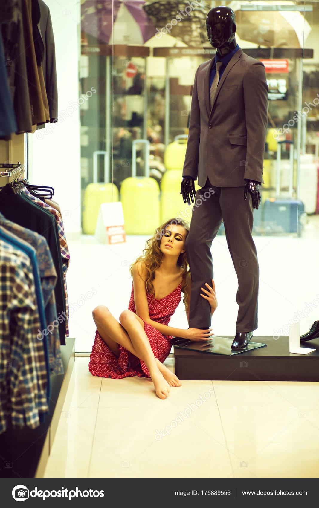 f040846f9 A csinos lány ül a férfi Próbababa boltban a padló — Stock Fotó ...
