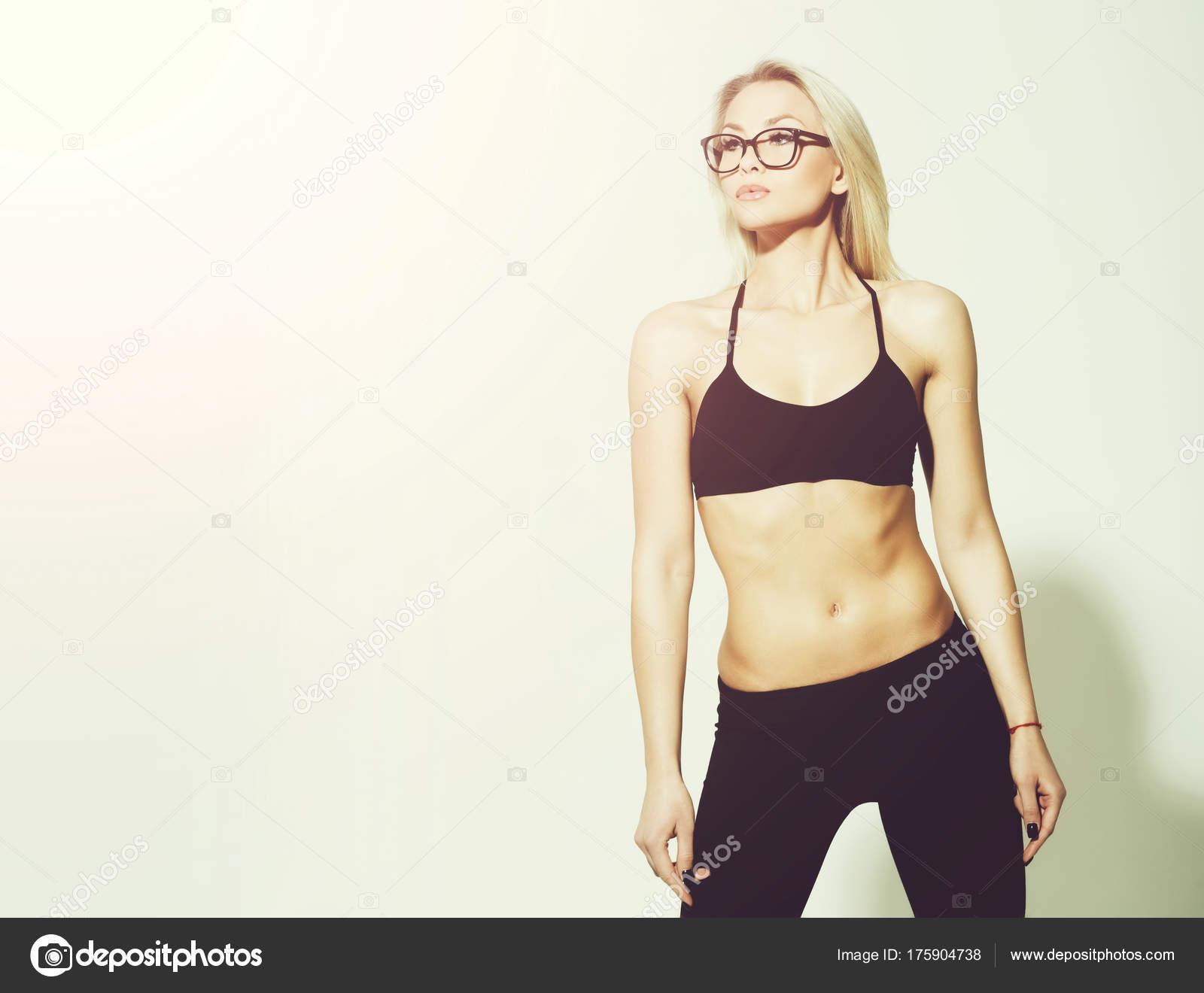 Sehr sportliches Girl Athlet mit muskulösen Oberkörper — Stockfoto ...
