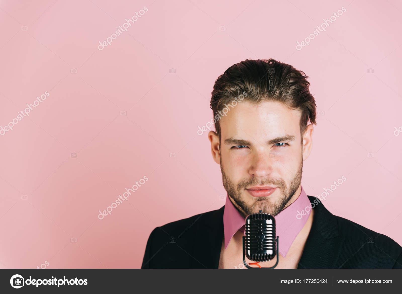 giovane DJ su sfondo rosa 4042c70b8f8c
