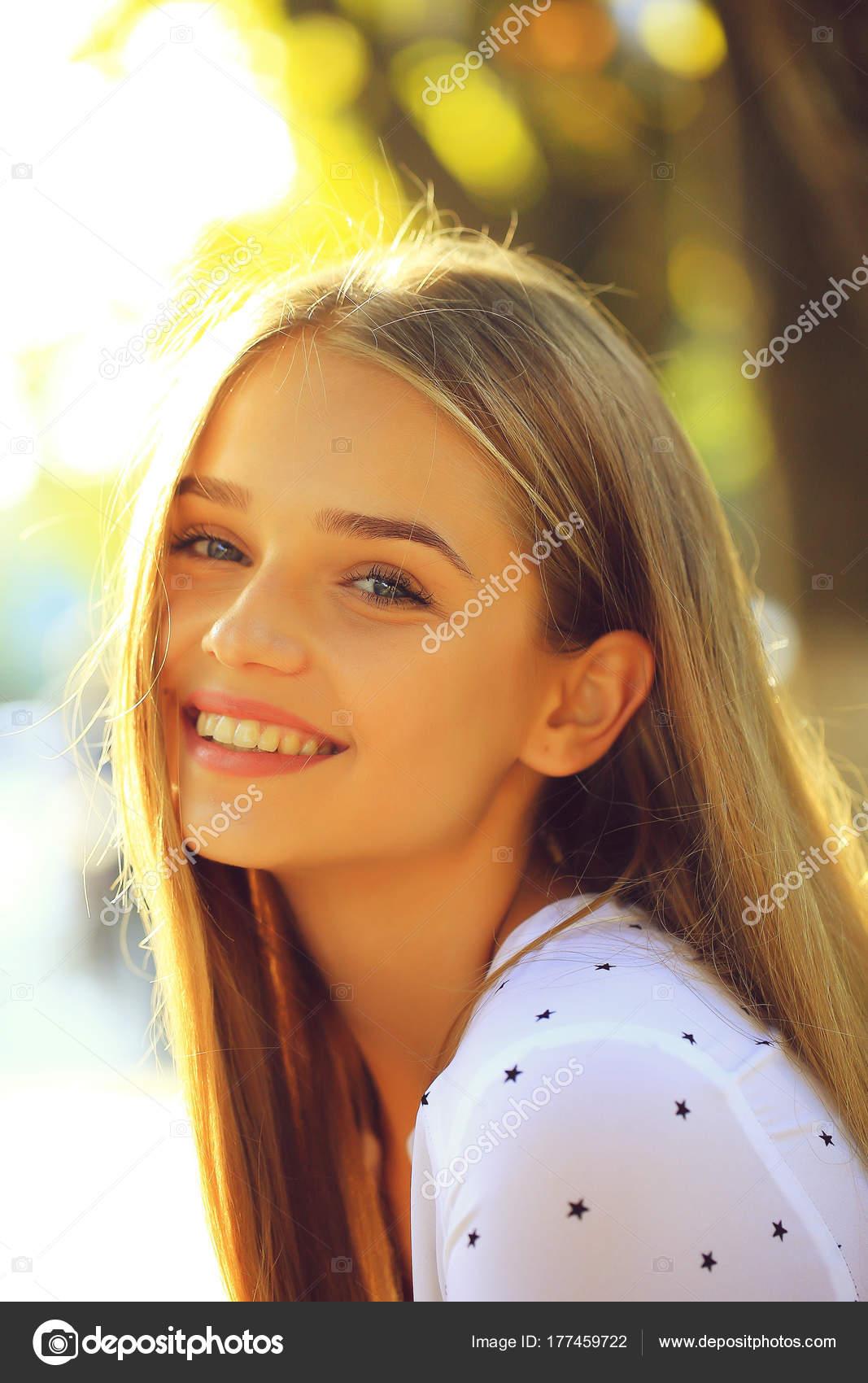 Blonde Cute Girl en stock Sunny Day photo Tverdohlibcom 177459722-6782