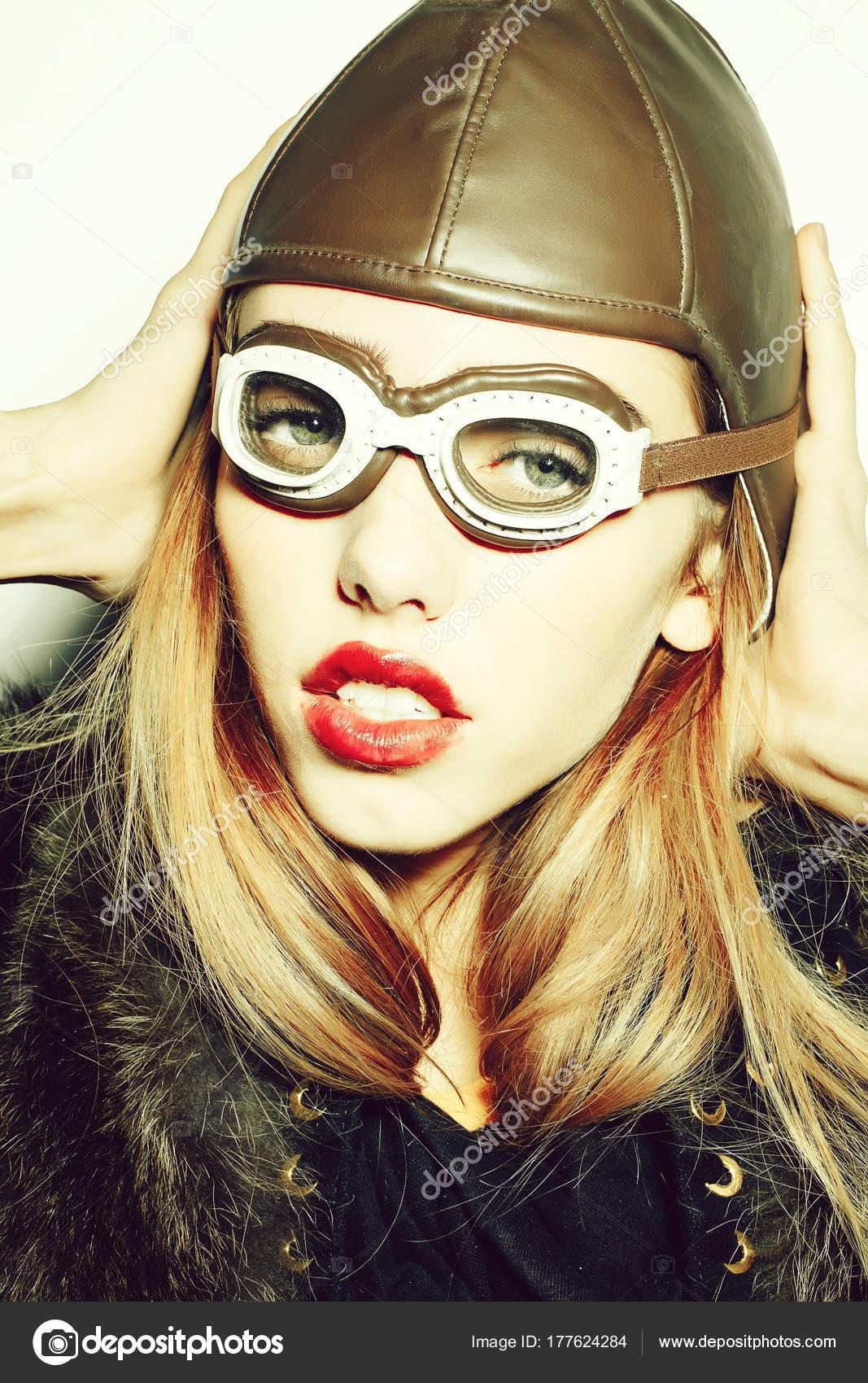 c9365d4545901 Sexy chica sorprendida moda joven o mujer piloto con hermosos labios rojos  en la cara bastante Linda aviación casquillo o sombrero y gafas aislados  sobre ...