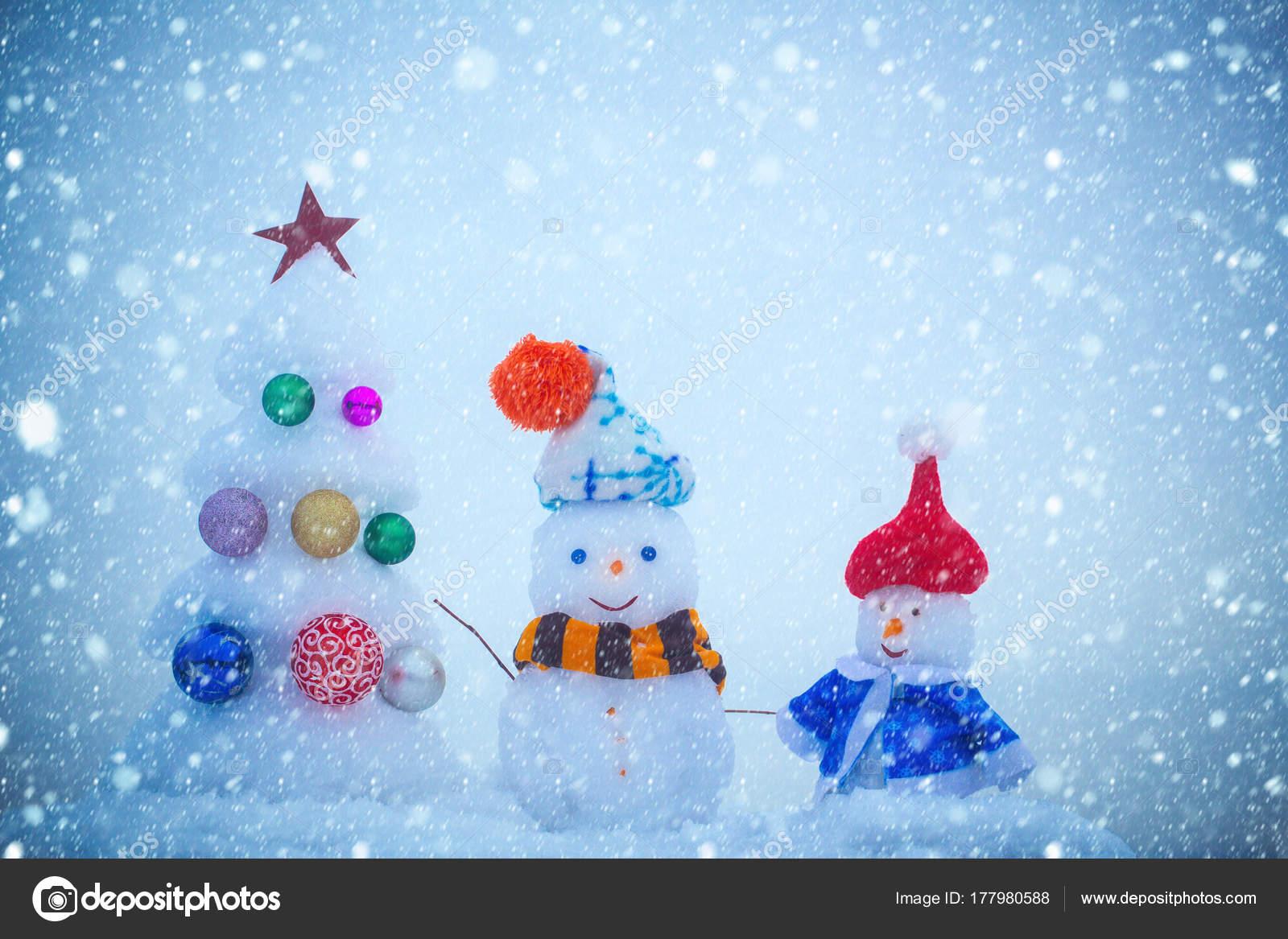 Schneemänner mit Smiley-Gesichter in der Kleidung — Stockfoto ...