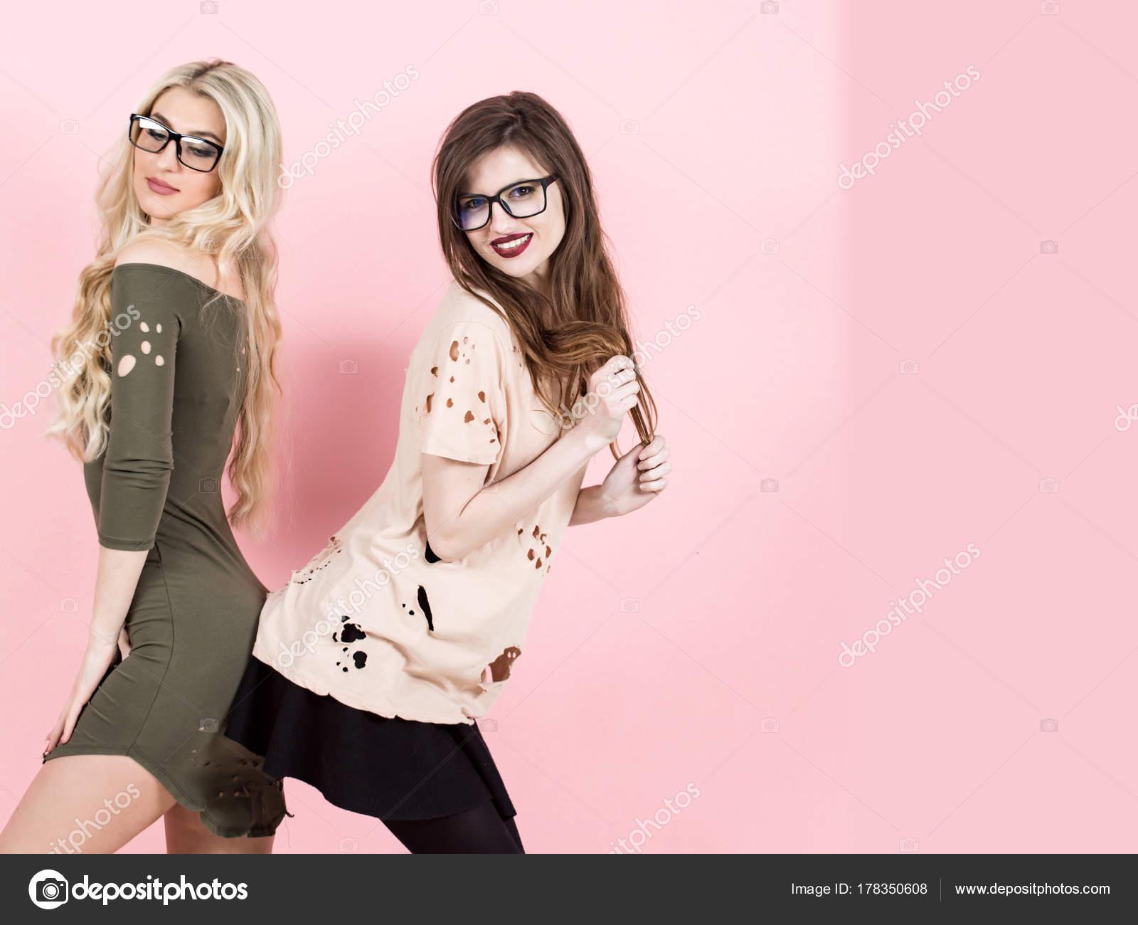 c472786ca9 Γυναίκες με μακριά μαλλιά χαμόγελο με τα geek γυαλιά — Φωτογραφία Αρχείου