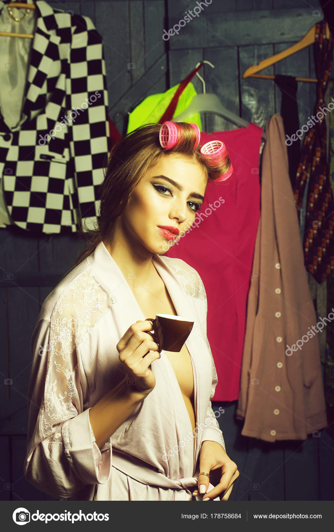 Woman with hair-curlers and coffee — Stock Photo