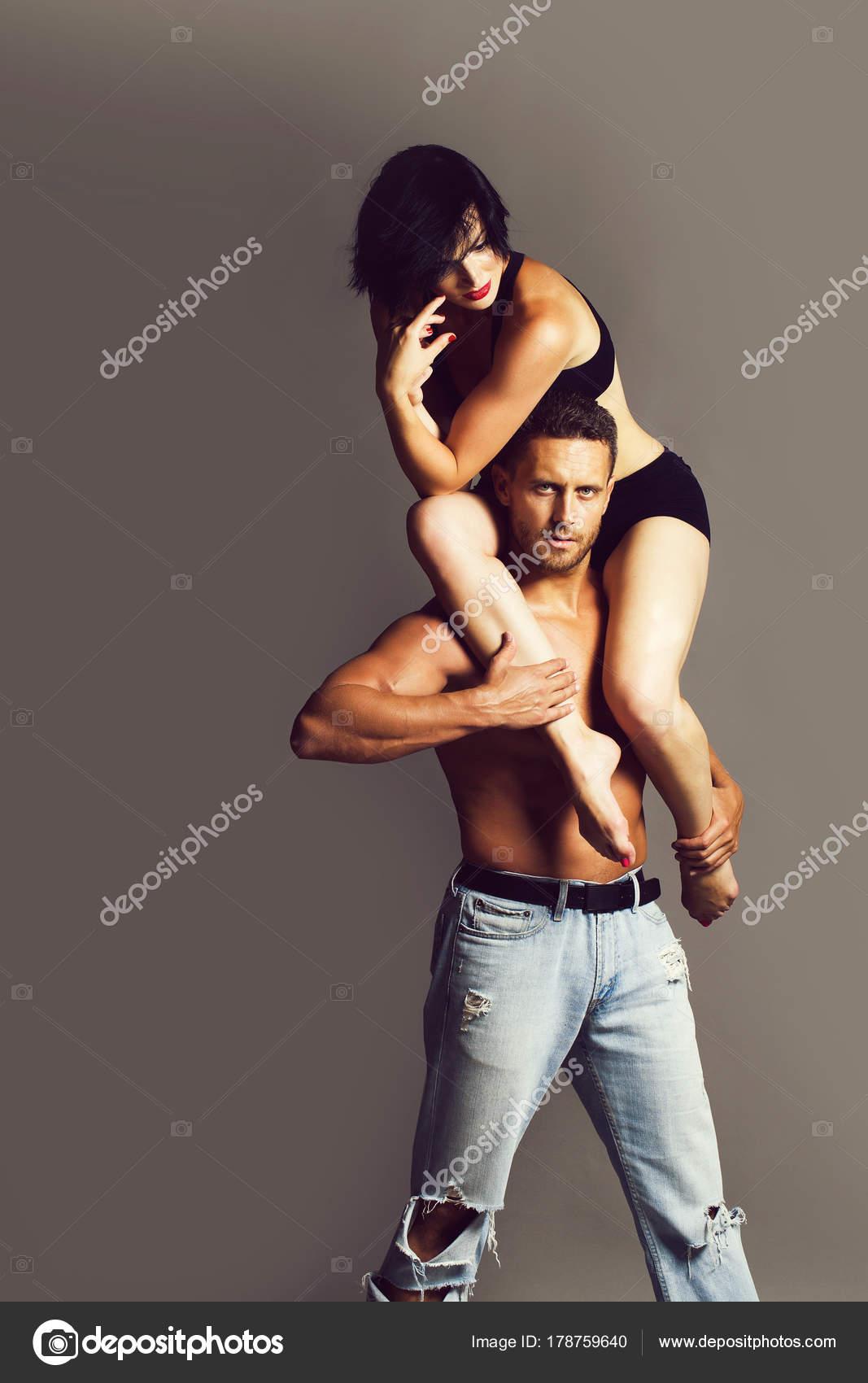 Сексуальный танец девушки для мужчины