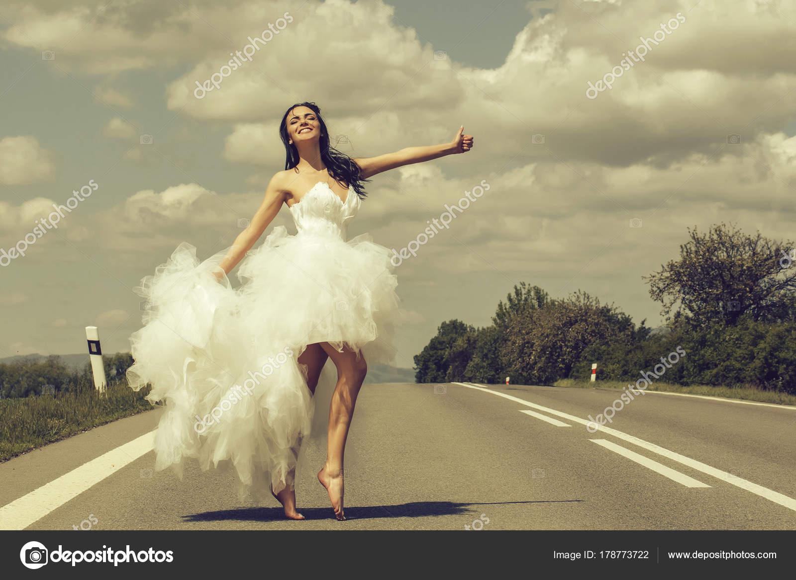 126267da23e0 Γάμος ευτυχισμένη γυναίκα στον δρόμο — Φωτογραφία Αρχείου ...