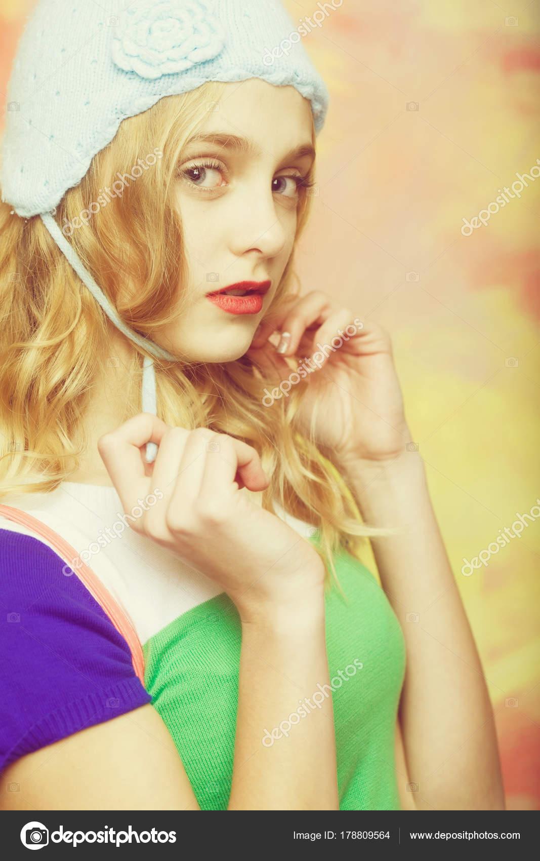 b42b4a4e26 Όμορφο κορίτσι δεσμούς χαριτωμένο πλεκτό μπλε beanie καπέλο ...