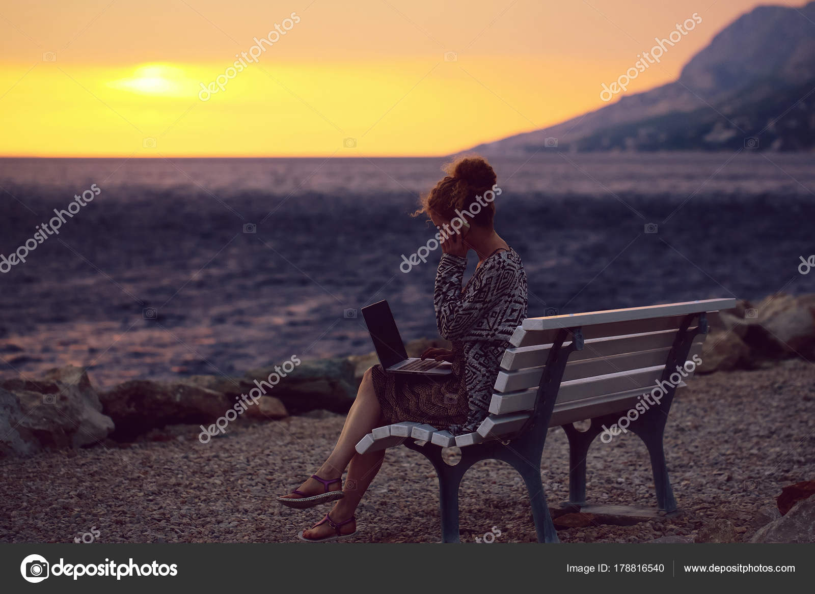 7719af032d90 Frau mit Laptop am Strand am Abend — Stockfoto © Tverdohlib.com ...