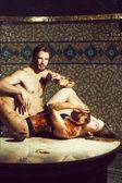muskulöser Mann und sexy Frau essen Schokolade nach Massage salon