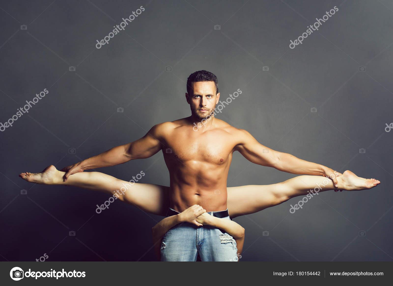2eef79c58 Pareja joven sexy de hombre musculoso guapo en jeans con el torso desnudo  es bastante flexible mujer o niña bailando danza gimnástica contemporáneo o  ...