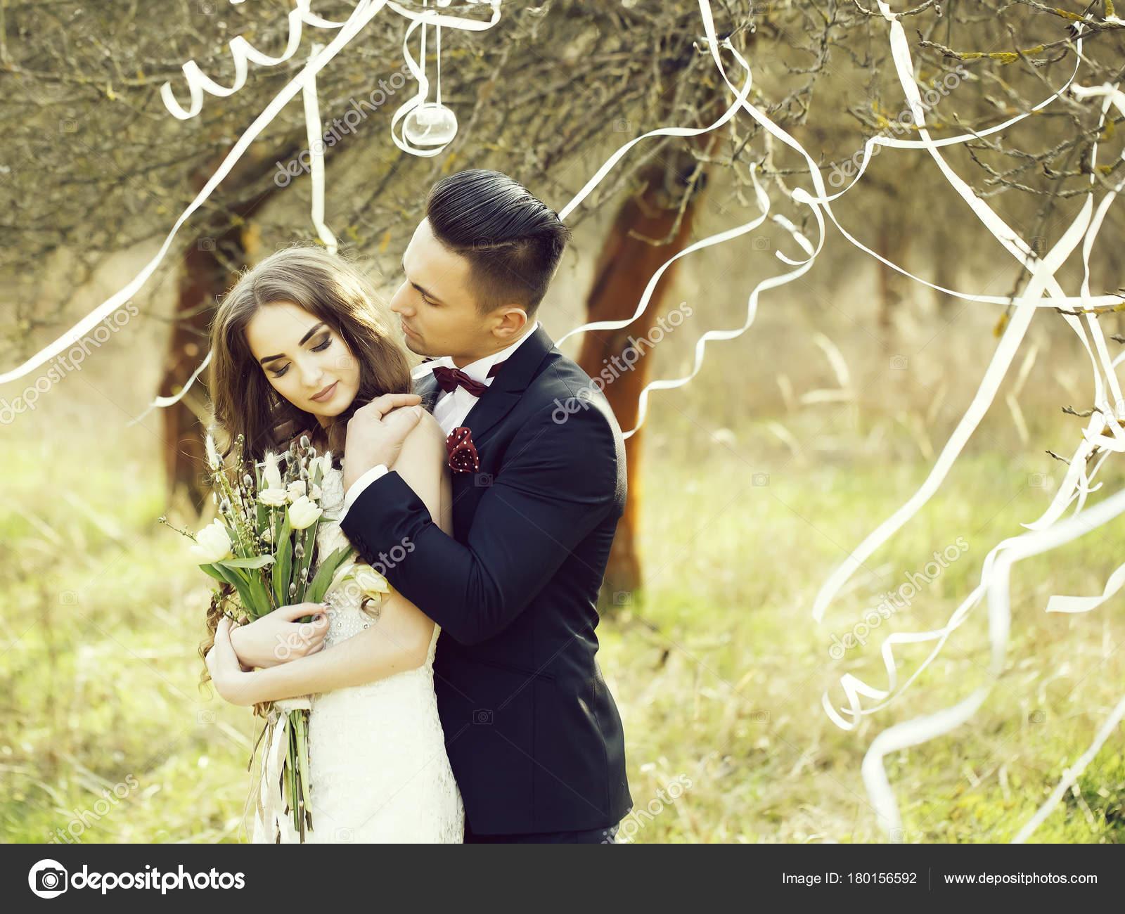 Freudig Frisch Verheirateten Paar Posiert Und Lächelnd Hochzeit ...
