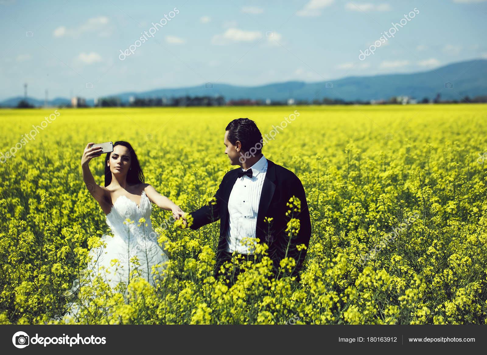 Fiori Gialli Da Campo.Coppie Di Cerimonia Nuziale In Fiori Di Campo Giallo Foto Stock