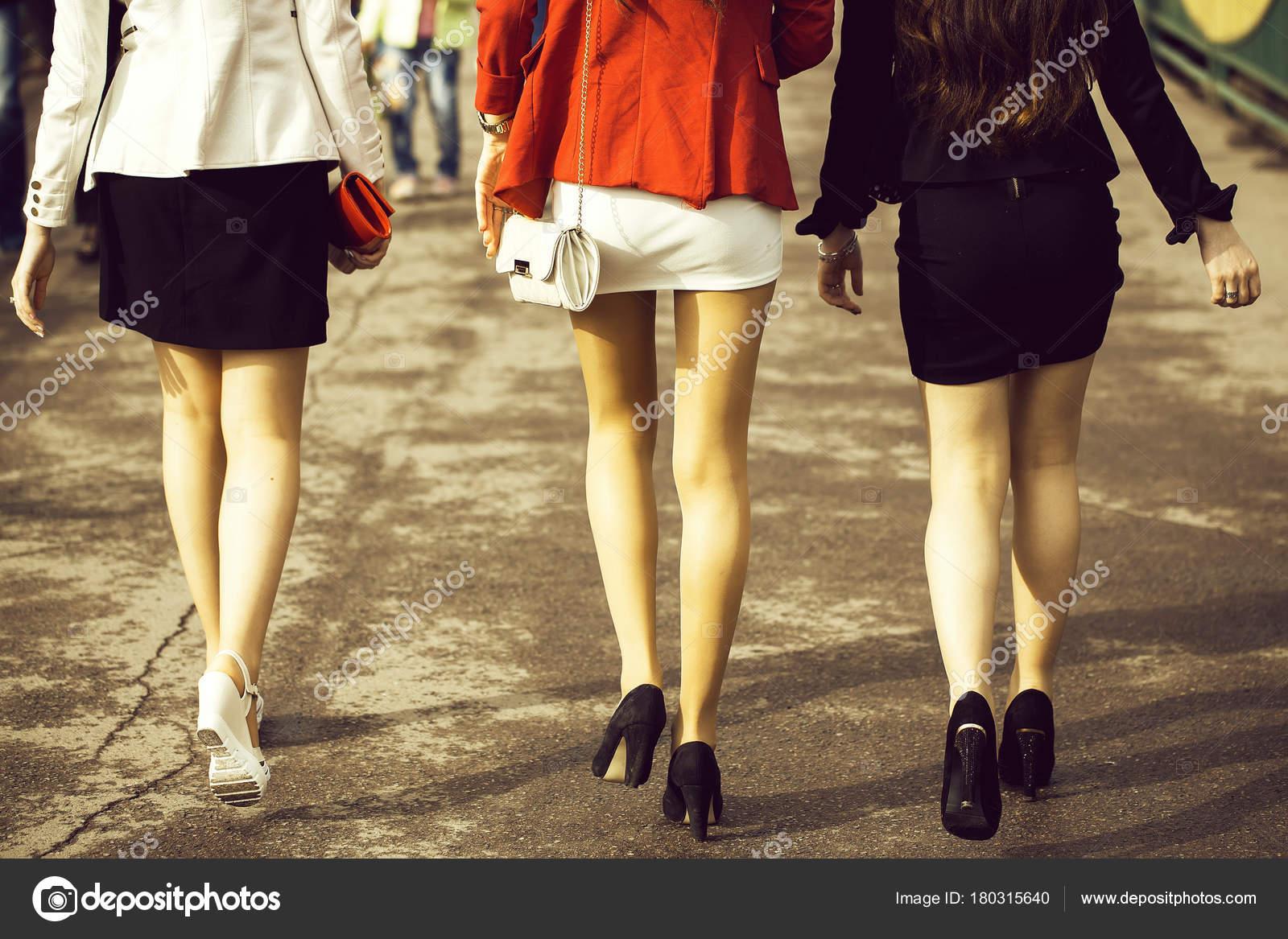 видео под юбкой у девушек на высоких каблуках скачать