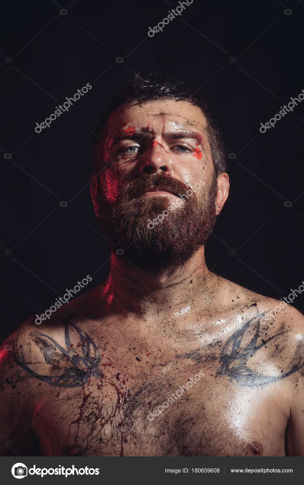 Barbu Hipster Avec Tatouage Sur Poitrine Sur Fond Noir Homme