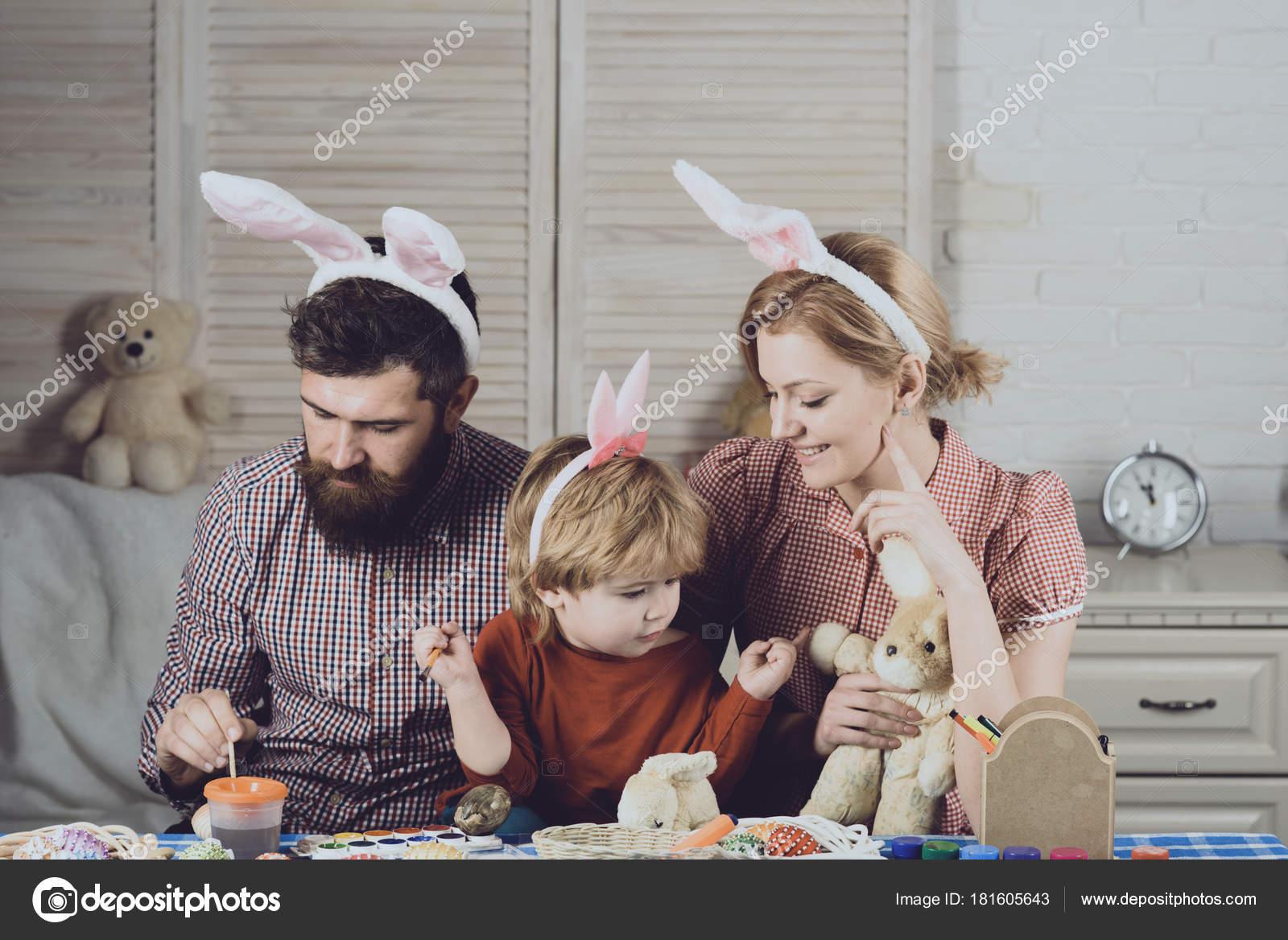 Baba Anne Oğlu Yapımı Yumurta Boya Paskalya Anne Baba çocuk Stok