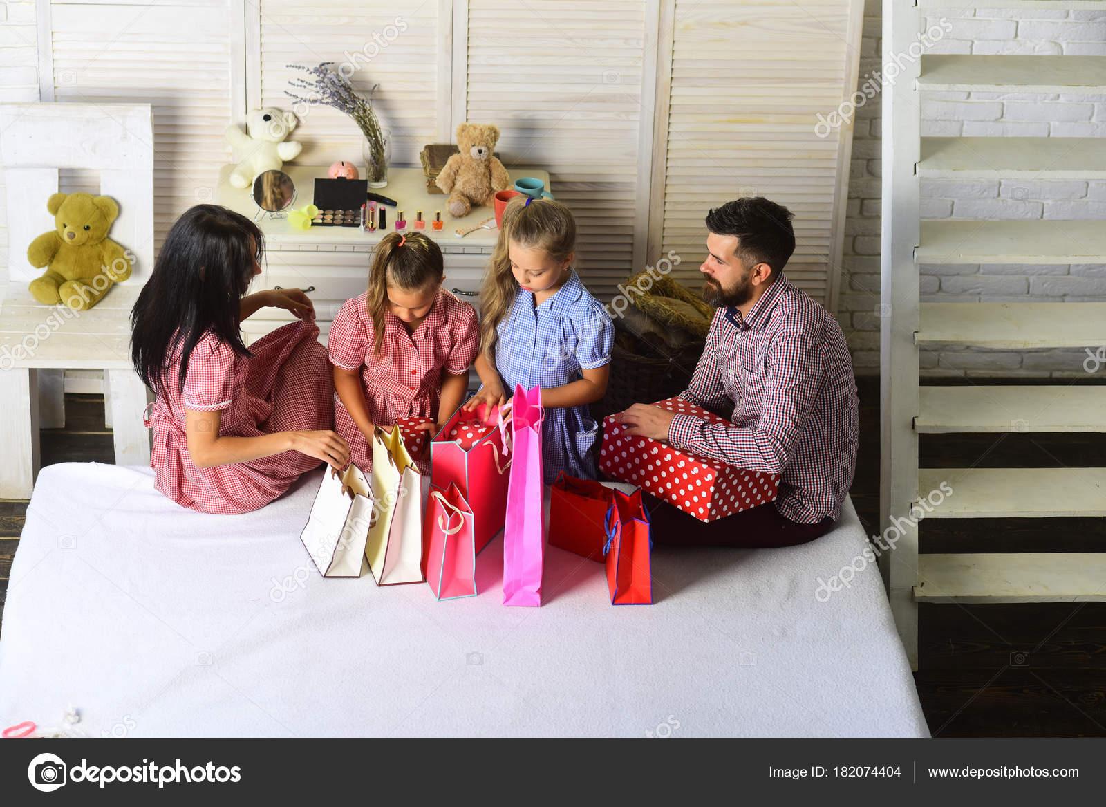 Cofanetto Regalo Per Famiglia Con Bambini.Celebrazione Concetto Shopping Uomo Donna Bambini Adorabili