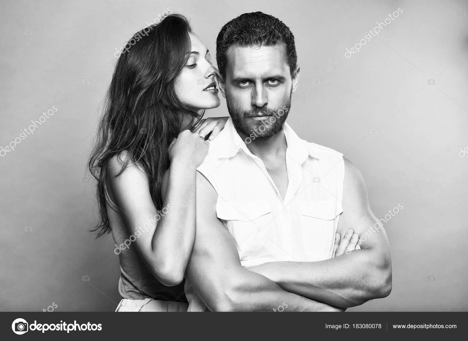 ... sexy del barbuto uomo muscolare bello con la barba e bella donna o  ragazza con capelli lunghi del brunette che si abbracciano in studio su  sfondo grigio ... bbf54fbeabca