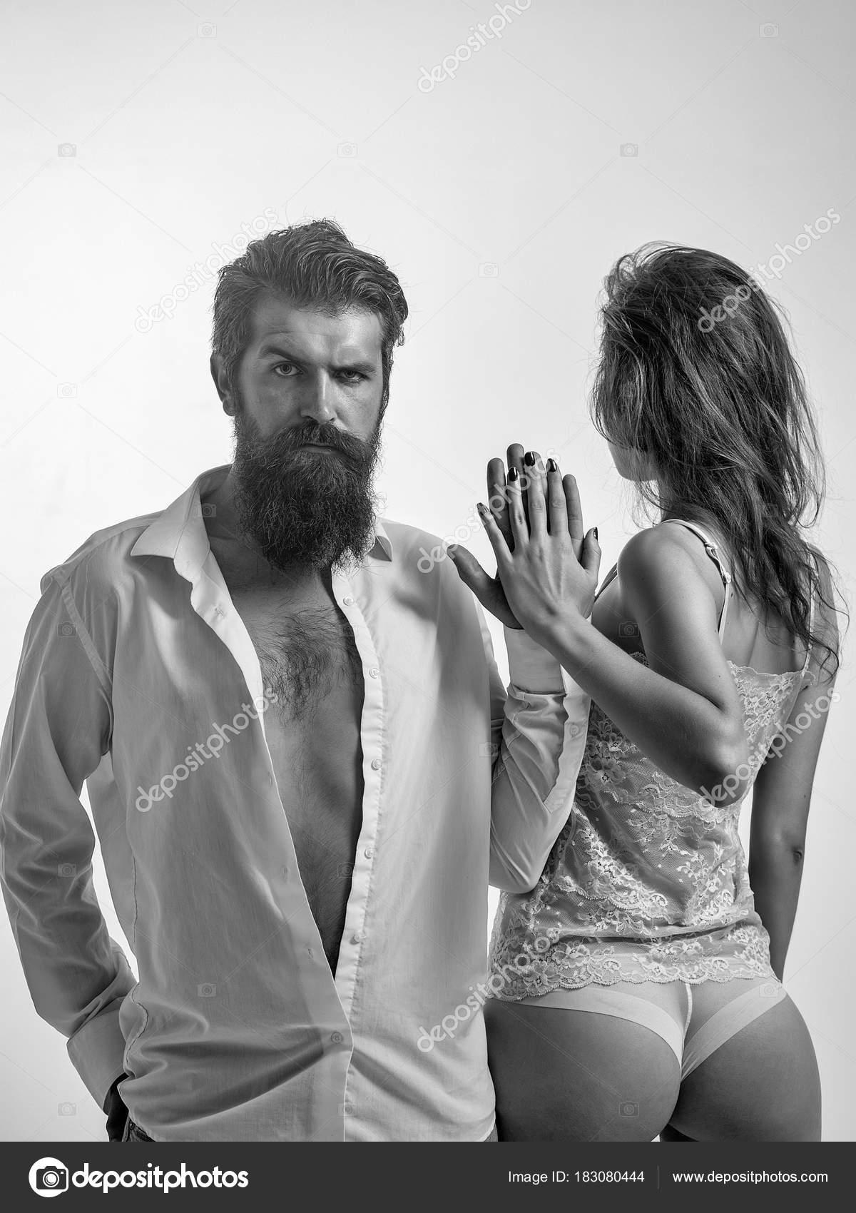 Бородатый парень с девушками