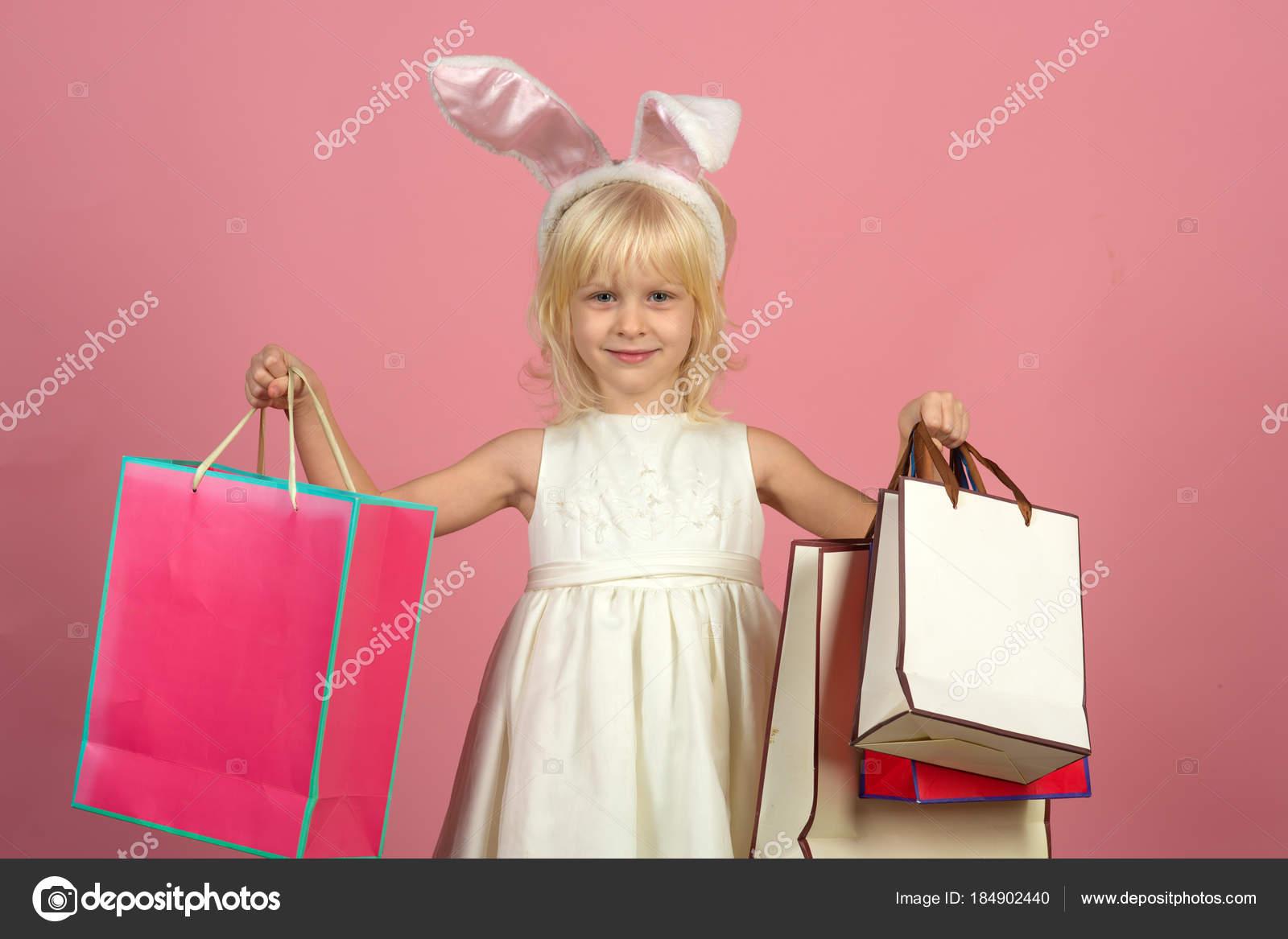 44285fce3c5 Χαμόγελο του παιδιού με με χάρτινες τσάντες — Φωτογραφία Αρχείου ...