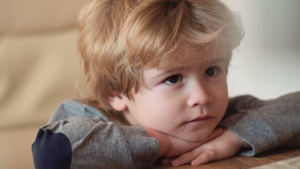 Malý chlapeček sedí s notebookem hledá karikatury. Malý chlapec učit psát na klávesnici.