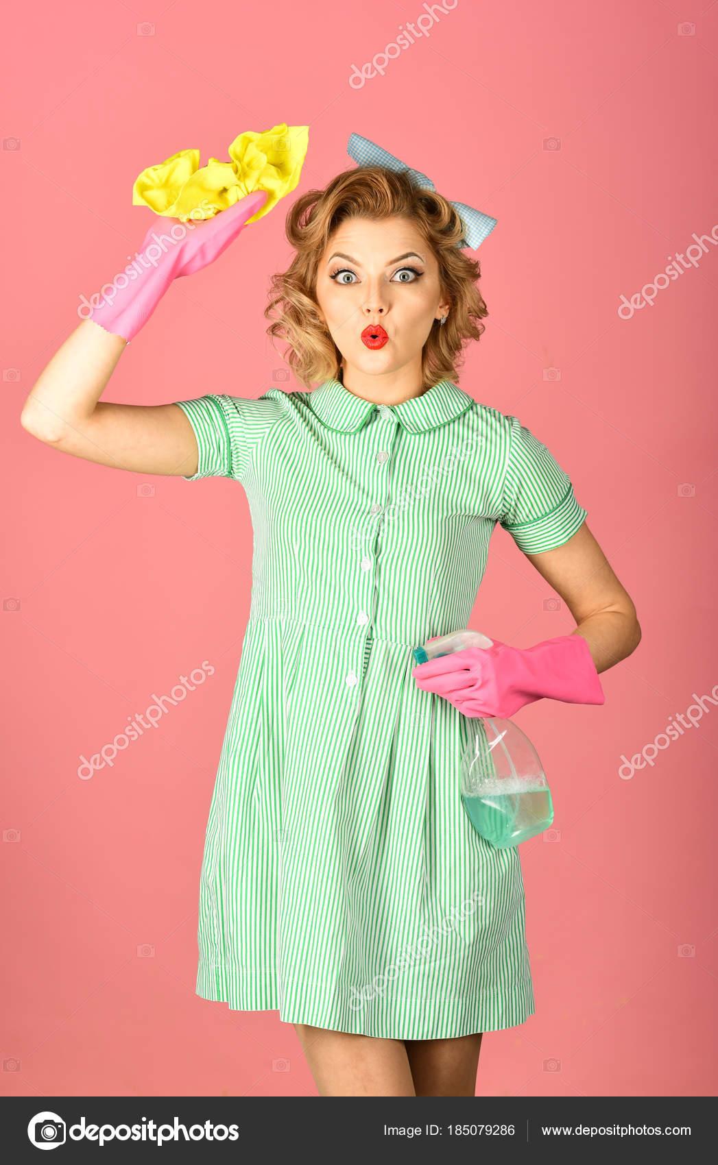 Ama de casa en uniforme con spray limpio, plumero — Fotos de Stock ...