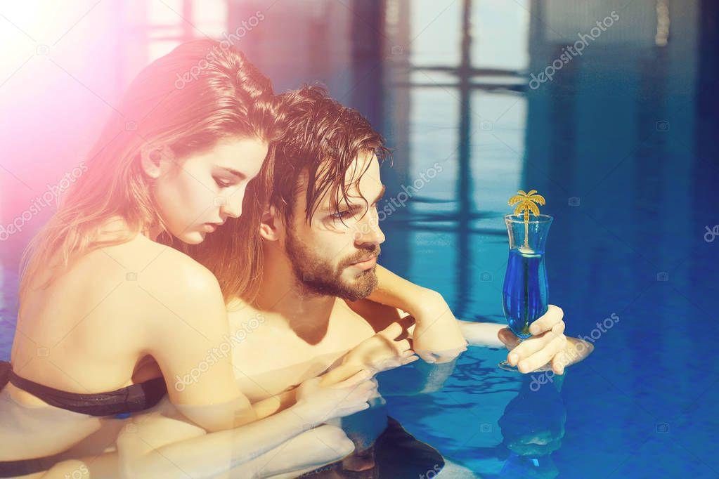 Женщины в бассейне с мужиками