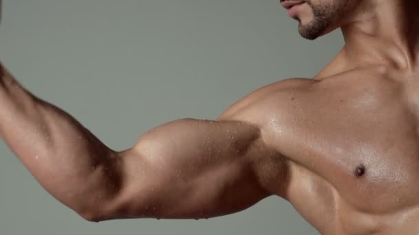 Sportember, izmok, sportoló ember, tricepsz. Sportos kaukázusi, hat pack, mellkasi izmok, tricepsz. Gyönyörű férfi felsőtest, ab. szteroid, sport-, vitamin-, dopping, anabolikus, fehérje. Testépítő, testépítés.