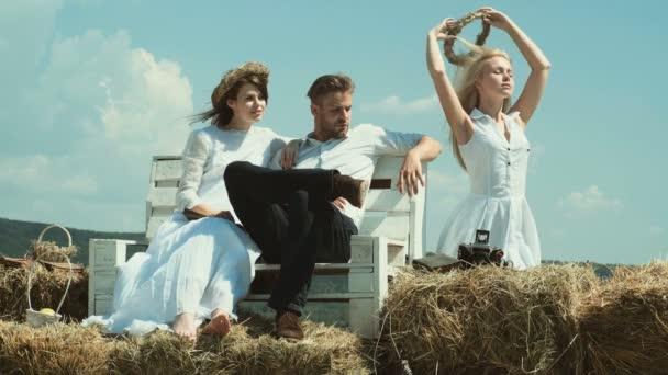 Bisexuelles Paar. Freunde entspannen auf dem Bauernhof. Junges Paar mit Spaß auf einem Bauernhof.