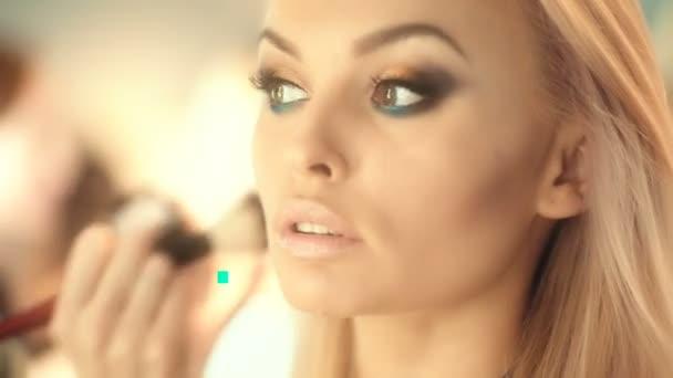 velkolepý portrét krásné mladé ženy s detailním dokonalé pleti. Blondýnka s úžasnou očima