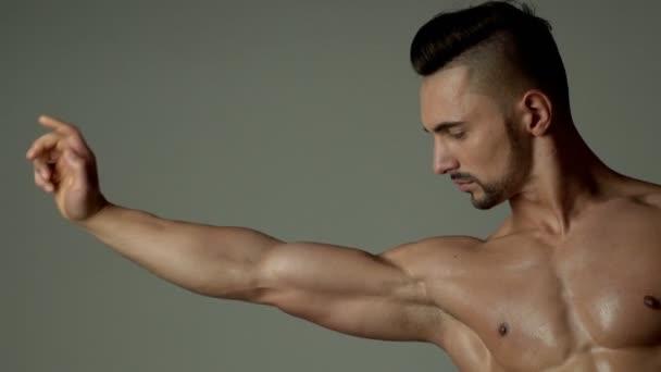 Sportovec, svaly, muž sportovec, triceps. Sportovní kavkazské muž s šesti pack, prsní svaly, triceps. Krásné mužské torzo, ab. steroidu, sportovní vitamínů, bílkovin. Kulturisty, kulturistika. Mistr.