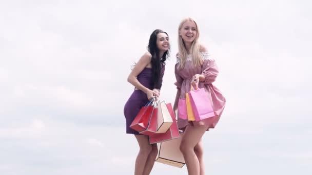 A bevásárló szatyrok-City pár midsection. Menjünk shopping! Fiatal, boldog nyár bevásárló nő a bevásárló szatyrok