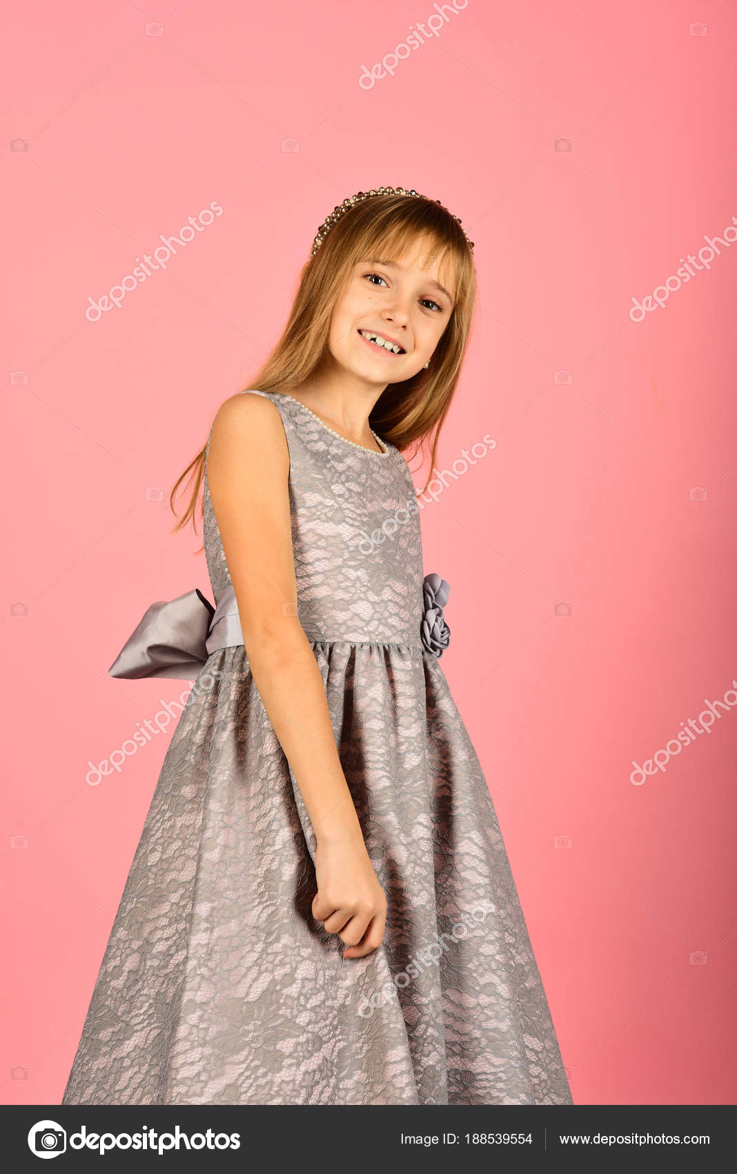 Kind Mädchen im stilvollen Glanz Kleid, Eleganz. Aussehen, Friseur ...