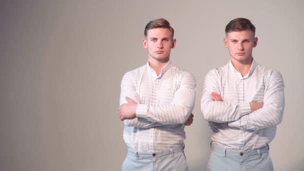 Portrét dvou teenage bratři. Dvojčata. Dvojčata. Bratři loking uvnitř kamery