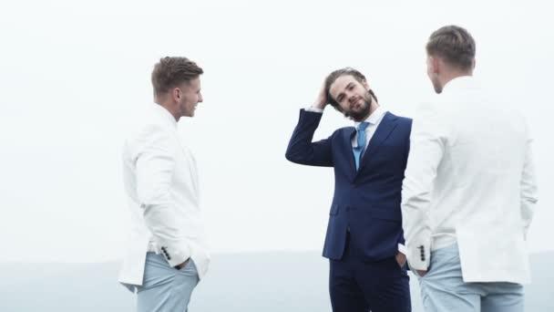 Gut aussehend Leibwächter. Zwei Bodyguards schützen Geschäftsmann. Kriminelle Mafia Mann. Schuldner. Gruppe von Männern oder Gangster im Anzug.