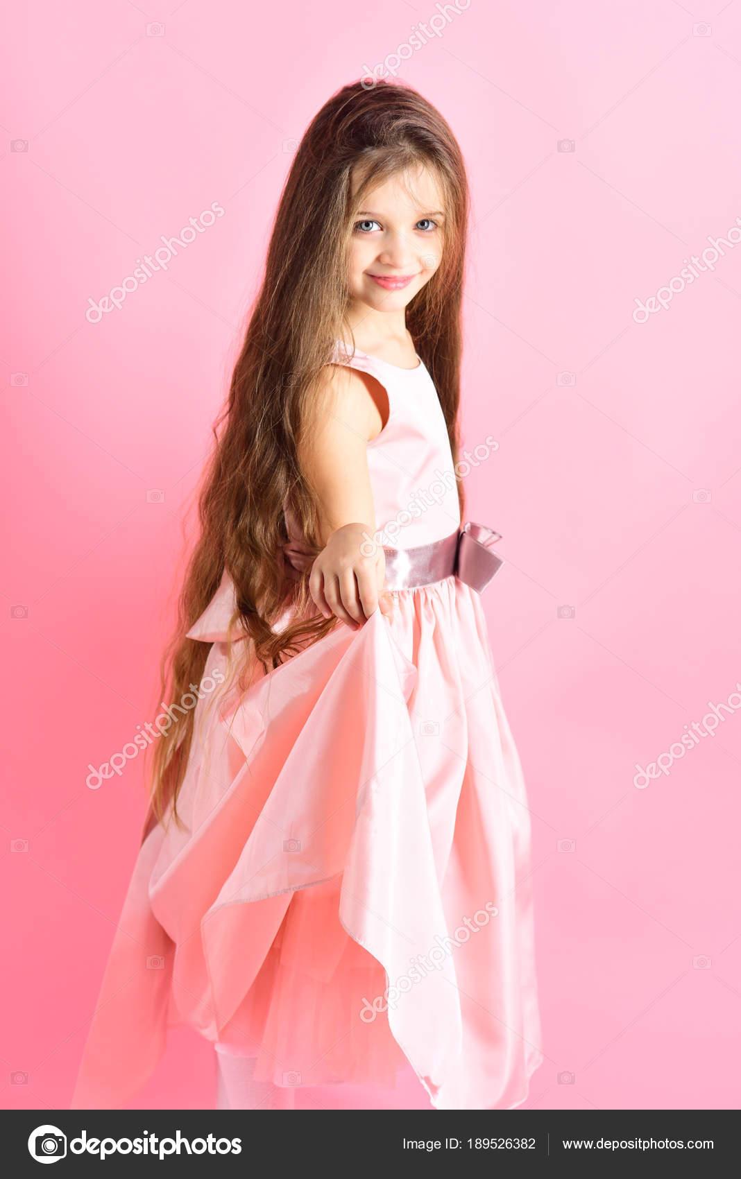 Kleines Mädchen Kind Modell in schönes Kleid — Stockfoto ...