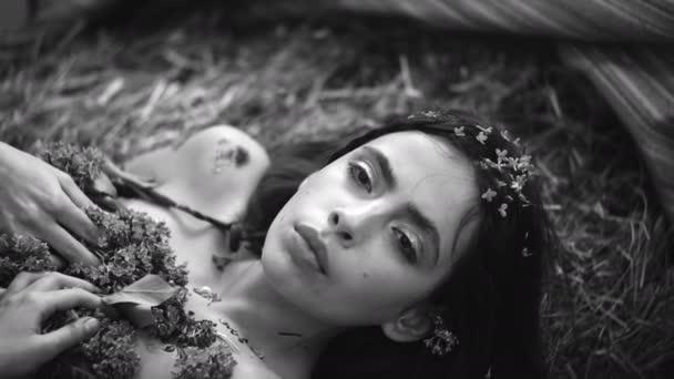 Módní portrét krásná mladá hezká dívka s fialovými květy. Portrét stylová holka bokovky s kvetoucí šeřík. Fialovými květy